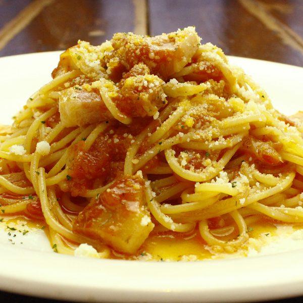 パンチェッタと玉ねぎのトマトソース